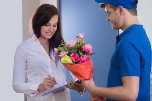 Hvis du har din partners hjemme- eller arbejdsadresse, kan du sende overraskelsesgaver, når du vil. Der er flere tjenester, der vil levere gaver til folk