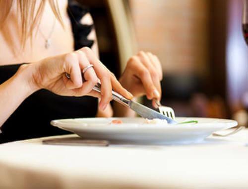 Kvinde spiser langsom som en del af mentale strategier til at tabe sig
