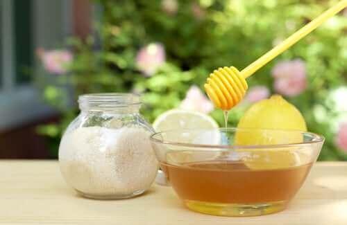 Sukker, citron og honning til at blege mørke pletter på huden