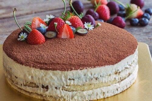 Lækker dessert med frugt på toppen