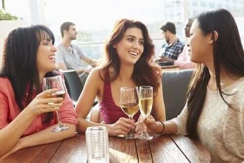 Veninder nyder vin sammen
