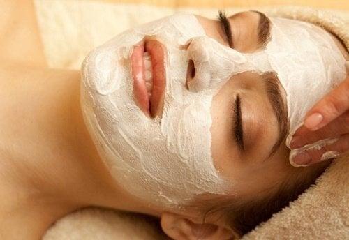 Kvinde anvender de bedste ansigtsmasker til huden