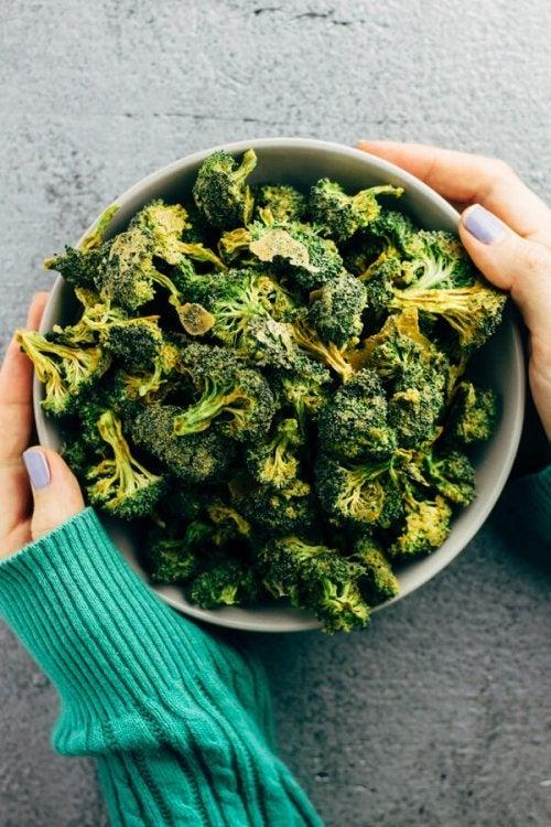 Broccoli er en fantastisk kilde til C-vitamin. Det er et eksempel på vegetariske snacks