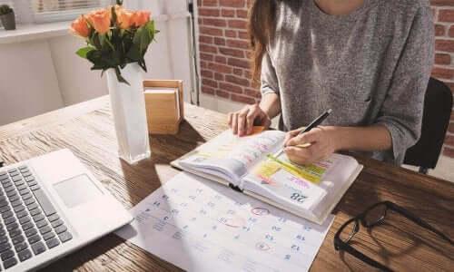 Kvinde planlægger i kalender for at kunne håndtere det ukendte
