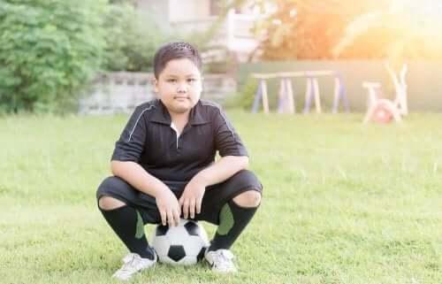 Dreng med fodbold vil undgå overvægt i barndommen