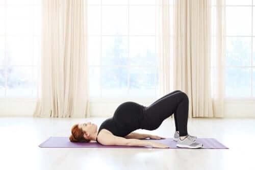 Kvinde dyrker pilates som eksempel på motion under graviditet