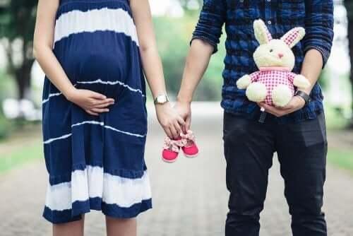 Par med babysko illustrerer, hvordan man er, når man er klar til at blive forælder