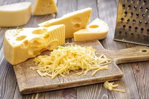 Hård ost kan være en udfordring, når det kommer til at skære oste
