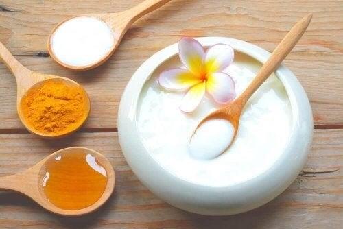 Hjemmelavet ansigtsmaske med yoghurt og honning