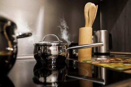 Damp kommer ud af kasserolle på komfur