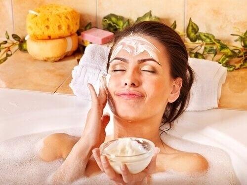 Kvinde lægger ansigtsmaske i badekarret