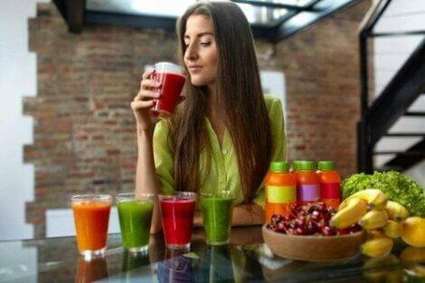 Kvinde drikker juice