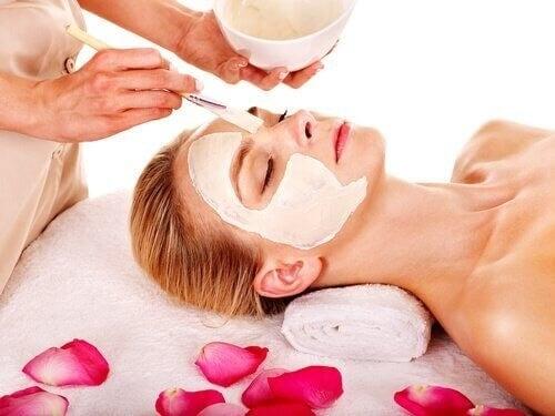 Kvinde får lavet ansigtsbehandling med de bedste ansigtsmasker