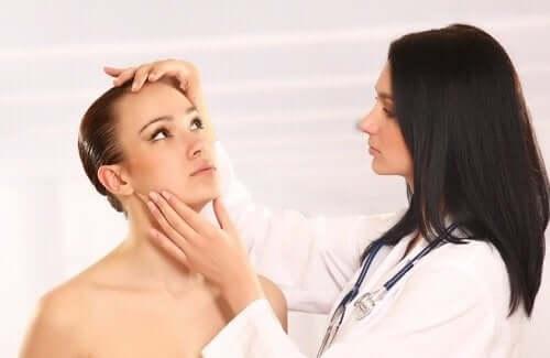 Læge tjekker kvinde for svamp på huden