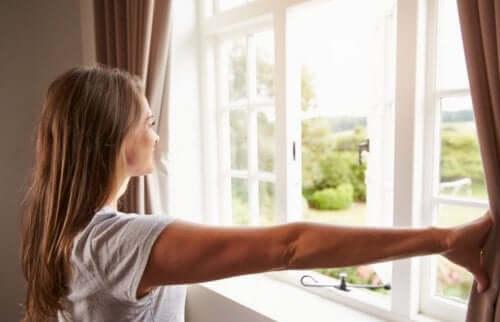 Kvinde lufter ud for at rense luften i hjemmet