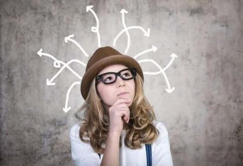 Kvinde tænker over forskellige måder at håndtere det ukendte på