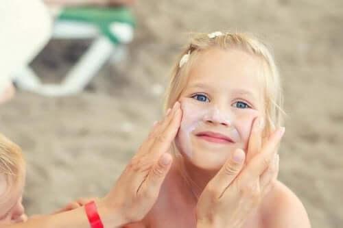 Vigtigheden af at pleje børns hud om sommeren