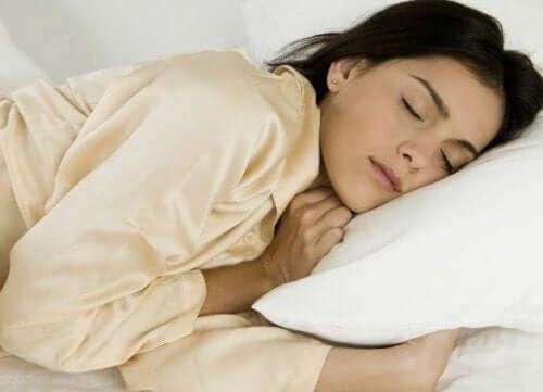 Kvinde sover som en del af at holde psoriasis i skak