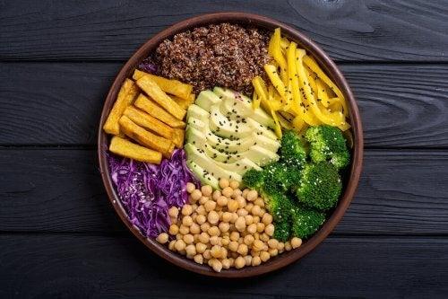 I modsætning til traditionel veganisme er fødevarerne i raw food - som navnet beskriver - ikke tilberedte