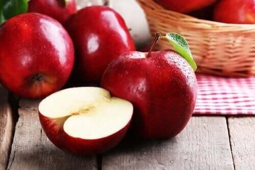 Røde æbler på bord