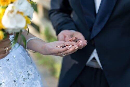 Brudepar med mønter i hånden