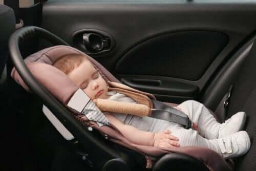 Baby i autostil illustrerer at rejse langt med en baby i bil
