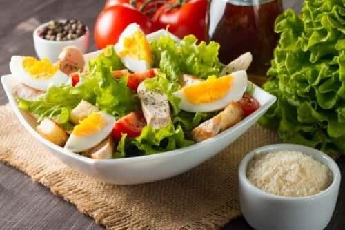 Denne lækre friske salat med æg, tun og tomat er meget mættende og tilfredsstillende