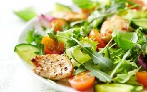 Prøv disse opskrifter på blandede salater