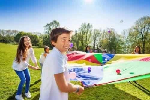 Børn i gang med at lege udendørs