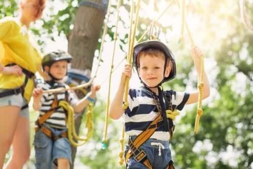 Børn vænner sig til forskelligt vejr ved at lege udendørs