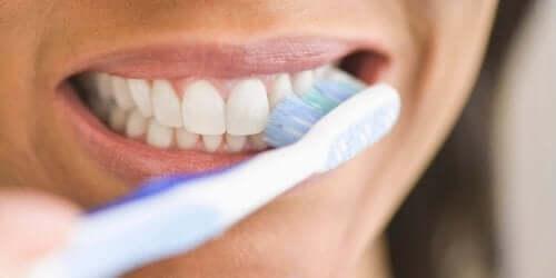 Kvinde børster tænder