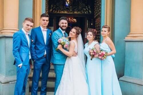 Brudesvende og brudepiger med brudeparret
