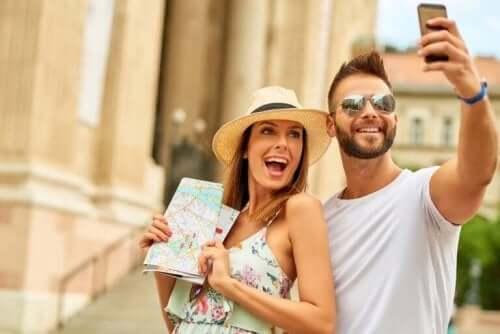 Par, der tager billede, har valgt destination til bryllupsrejsen