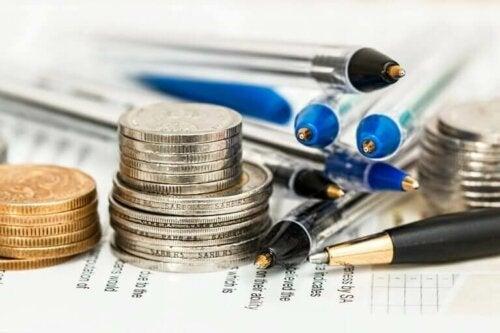 Penge og blyanter symboliserer budget til at være destination til bryllupsrejsen