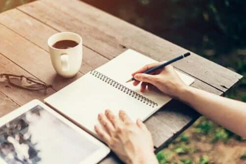 Kvinde skriver i notesbog