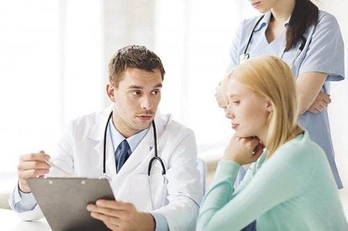 Kvinde stiller spørgsmål til en gynækolog
