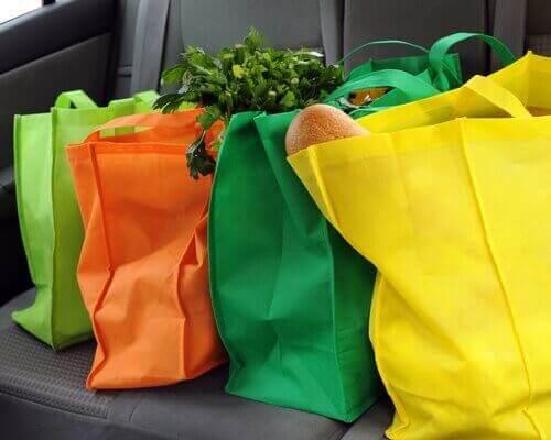 Indkøbsposer i bil