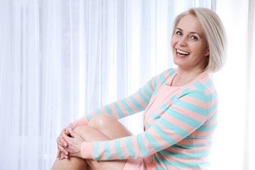 Glad kvinde i overgangsalderen