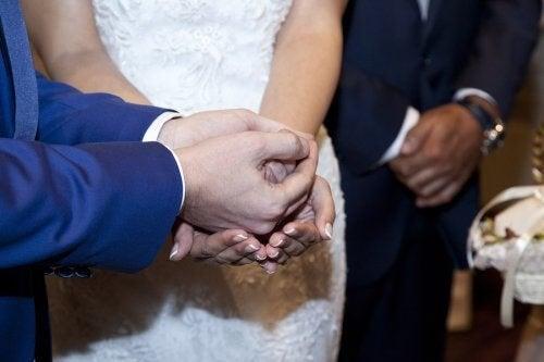 Gom giver bryllupsmønter til sin brud
