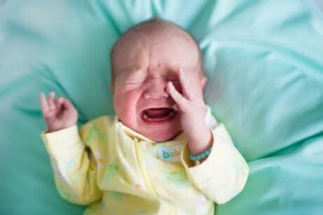 Grædende baby illustrerer forstoppelse hos babyer