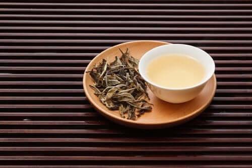Hvid te har mange egenskaber, der hjælper med at holde kolesterol i skak