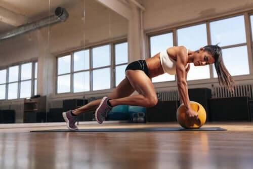 Kvinde, der motionerer