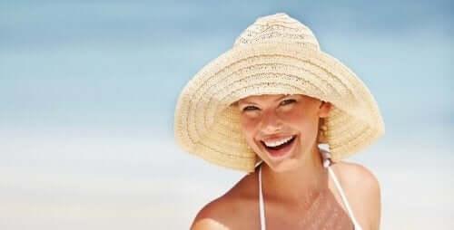 En kvinde med en solhat