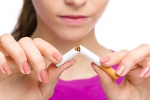 En kvinde, der knækker en cigaret