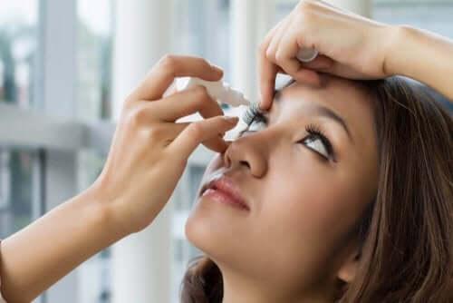 Kvinde anvender øjendråber med brimonidine