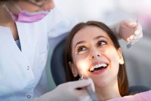 Kvinde til tandlæge