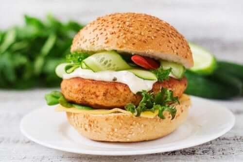 Proteinrig kyllingeburger: Prøv opskriften!