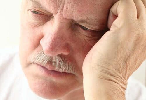 En mand kigger ned og er bekymret for demens og Alzheimers