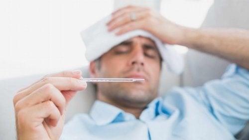 Mand med hypertermi måler sin temperatur