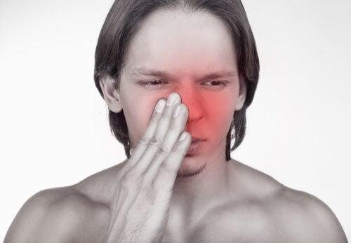 Mand har en tilstoppet næse og behov for at bruge næsesprays